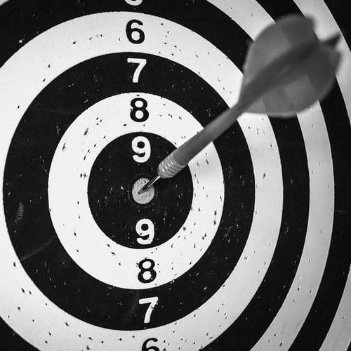 Image d'une cible pour comparer les objectifs d'une stratégie de com, précis et atteignables